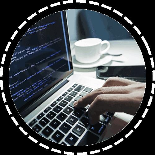 digitando codigos no laptop
